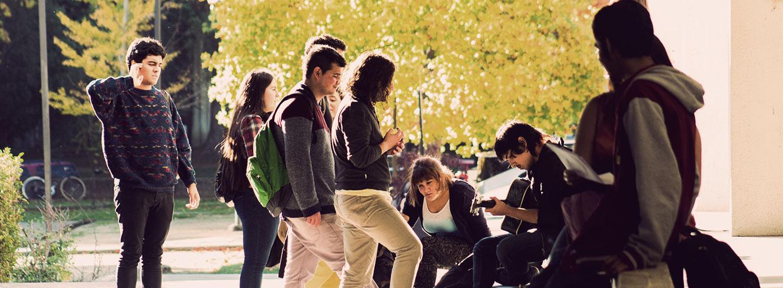 foto grupo de estudiantes en ambiente universitario