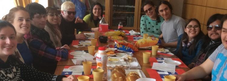 Grupo de alumnos de artiuc celebran fiestas patrias